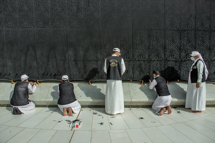 <p>Suudi Arabistan İki Kutsal Cami İşleri Genel Başkanlığı tarafından yapılan açıklamada, Mekke'de bulunan Kabe'nin örtüsünün mevsimlik bakım çalışmalarının Ramazan ayı öncesinde başladığı belirtildi.</p>