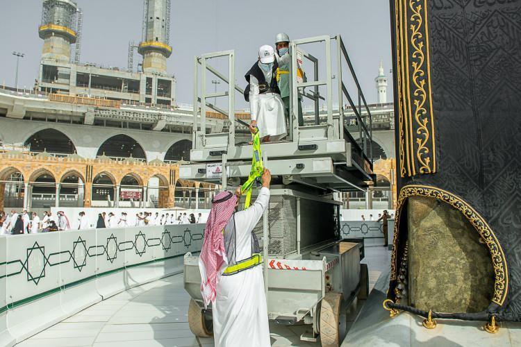 <p>Ramazan ayının yaklaşması ile Kabe örtüsünün mevsimlik bakım çalışmaları başladı.</p>