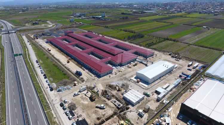<p>Hastane binası 13 bin metrekarelik alana konumlandırıldı. Hastanenin yer aldığı proje ise 70 bin metrekarelik bir alanı kapsıyor.</p>