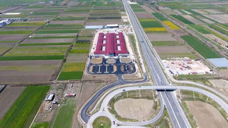 <p>Cumhurbaşkanı Recep Tayyip Erdoğan'ın talimatıyla Arnavutluk'un Fier kentinde Türkiye tarafından inşa edilen hastane 48 günde tamamlandı. Hastane dışındaki peyzaj çalışmaları devam ederken, hastanenin inşaatında kullanılan tüm malzemelerin depreme dayanıklı olduğu belirtildi.</p>