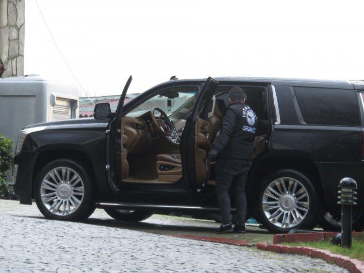 <p>Villadaki araçlarda da arama yapıldı Polis, villadaki lüks cipi de didik didik aradı.</p>