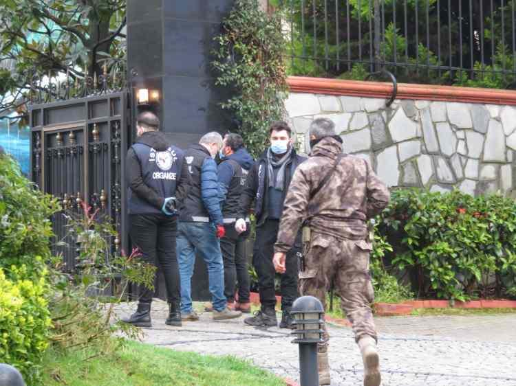 <p>Peker'in Beykoz'daki villasına da sabah saatlerinde polis geldi. Ekipler villaya giderek arama başlattı.</p>