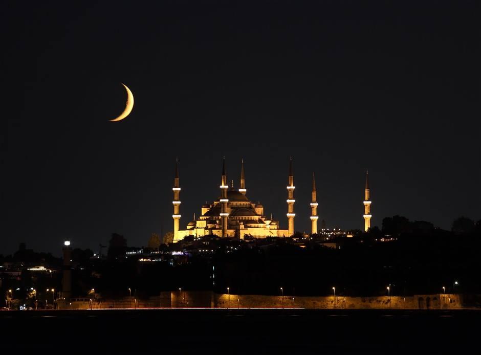 <p>Diyanet İşleri Başkanlığı 81 il ve ilçelerin 2021 Ramazan İmsakiye'sini yayımladı. İşte il il 2021 Ramazan iftar ve sahur saatleri...</p>