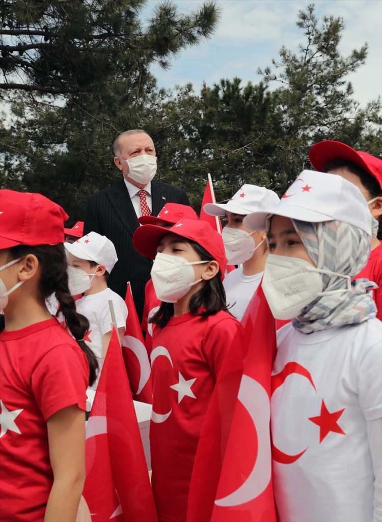 <p>Türkiye'nin en uzun bayrak direği, 937.5 metrekarelik dünyanın en büyük Türk bayrağı ile buluşmuş oldu.</p>