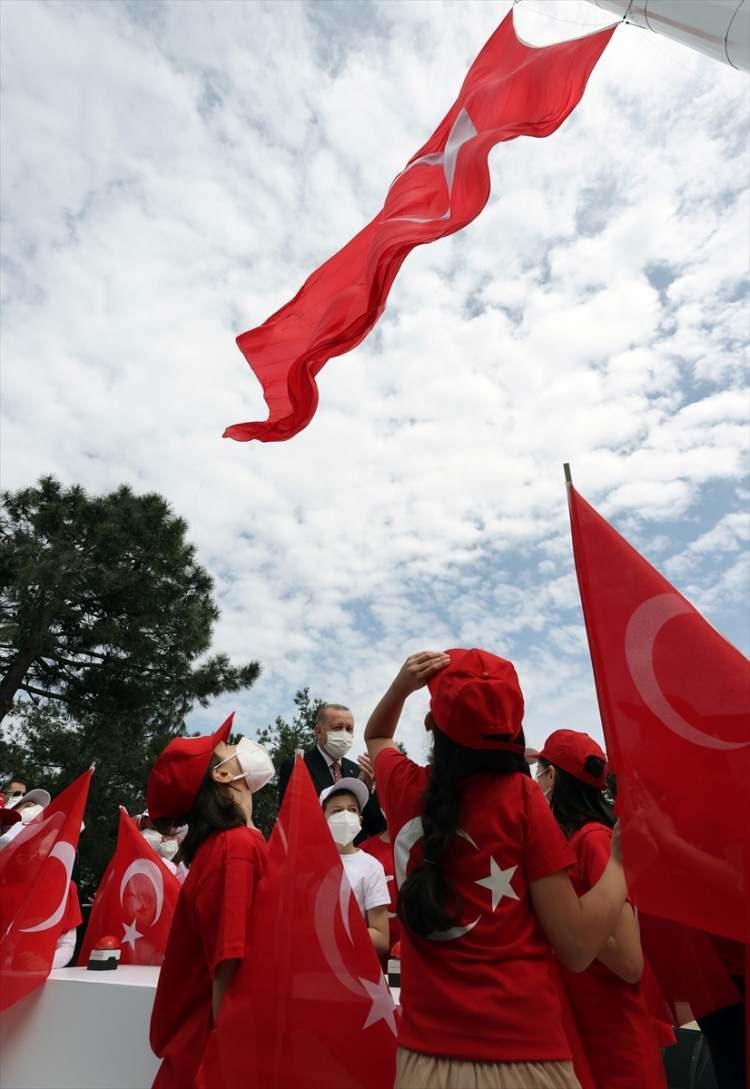 <p>Küçük Çamlıca Radyo ve Televizyon Kulesi'nin yapılması ile işlevsizleşen ve görüntü kirliliği yaratan antenlerin söküldüğü alana dikilen Türkiye'nin en uzun bayrak direği, 23 Nisan Ulusal Egemenlik ve Çocuk Bayramı'nda bin metrekarelik Türk bayrağı ile buluştu.</p>