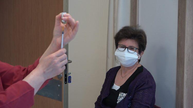 55 yaş aşı haberini duyan koştu! İftar sonrası kuyruklar oluştu...