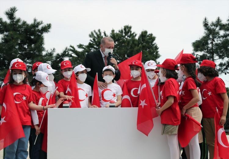 <p>Türkiye Büyük Millet Meclisi'nin kuruluşunun 101. yıldönümünde göndere çekilen devasa Türk Bayrağı İstanbul'un birçok noktasından da görülebilecek.</p>
