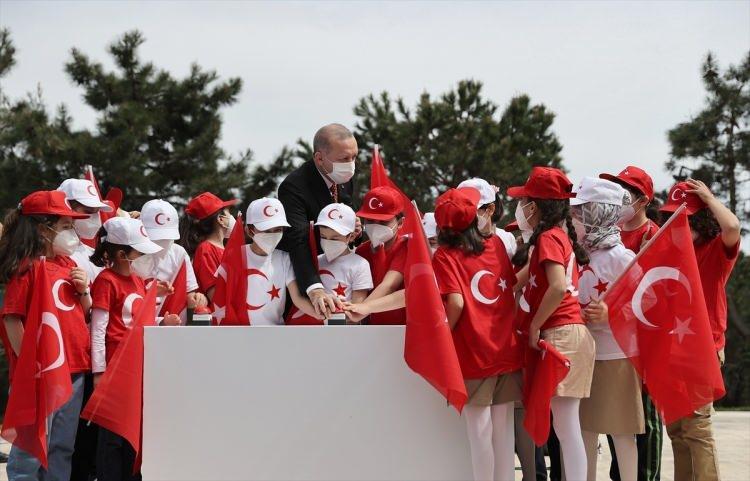 <p>Türkiye Cumhurbaşkanı Recep Tayyip Erdoğan, Üsküdar'da Çamlıca Tepesi'ne yerleştirilen ve 111 metre uzunluğunda, yaklaşık 100 ton ağırlığında olan Türkiye'nin en uzun bayrak direğine Türk bayrağı göndere çekme törenine katıldı.</p>