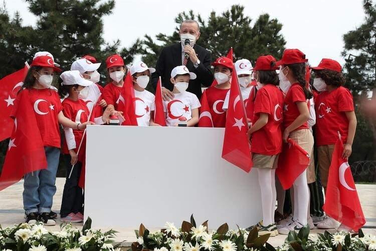 """<p>""""Asla bu bayrağın dalgalandığı yerde hüzün keder olmayacak, kiminle? Bu yavrularımızla"""" diyen Erdoğan bayrak göndere çekildiği sırada çocuklarla birlikte İstiklal Marşı'nı okudu.</p>"""