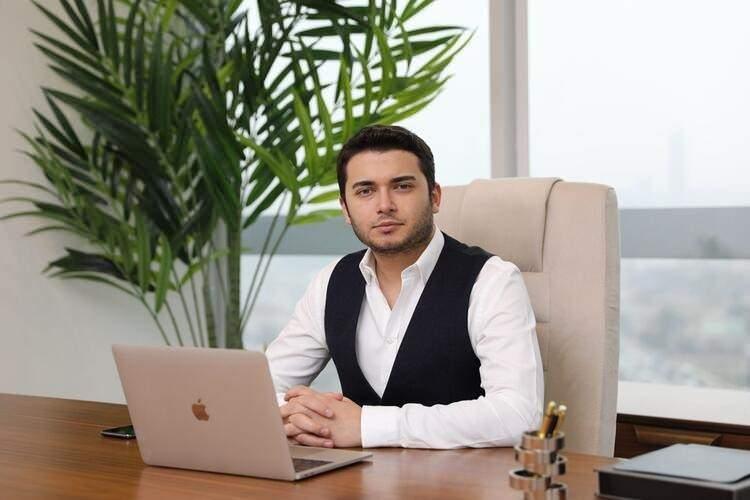 <p><strong>KIZ KARDEŞİ YAKALANDI</strong></p>  <p>Kripto para dolandırıcılığı ile ilgili 'Thodex' isimli şirkete yapılan soruşturma kapsamında Faruk Fatih Özer'in yakalama kararı çıkarılan kız kardeşi Serap Özer İstanbul ve Kocaeli Emniyeti'nin yaptığı ortak operasyonda Kocaeli'de yakalanarak gözaltına alındı.Siber Suçlarla Mücadele Şube Müdürlüğü'nün gece saatlerinde Pendik'te gerçekleştirdiği operasyonda Güven Özer gözaltına alınmıştı. Soruşturma kapsamında Faruk Fatih Özer'in yakalama kararı çıkarılan kız kardeşi Serap Özer de İstanbul ve Kocaeli Emniyeti'nin yaptığı ortak operasyonla Kocaeli'de yakalanarak gözaltına alındı.Öte yandan soruşturma kapsamında aranan 80 kişiden 69'unun gözaltında olduğu öğrenildi. 11 kişiyi arama çalışmaları ise devam ediyor.</p>
