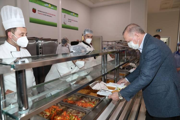 <p>Türkiye Cumhurbaşkanı Recep Tayyip Erdoğan, 1 Mayıs Emek ve Dayanışma Günü'nde işçilerle iftarda buluştu.</p>