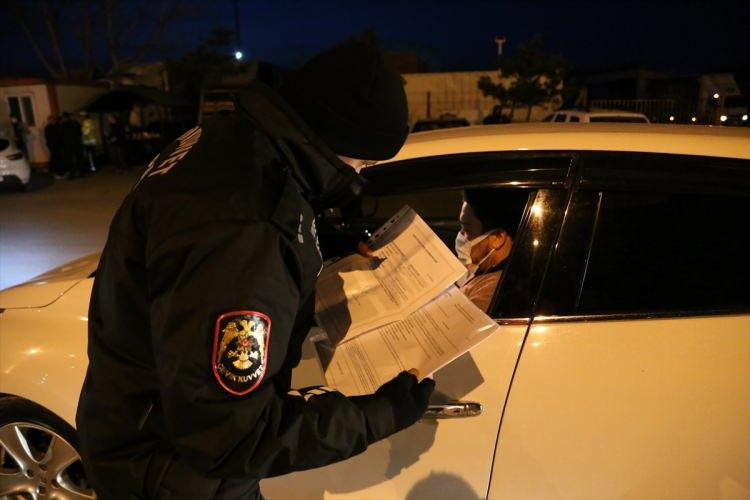 <p>Saatler 19.00'ı gösterdiğinde Tekirdağ İl Emniyet Müdürlüğüne bağlı polis ekipleri İstanbul'dan Tekirdağ'a gelen yolu keserek, araçlarda bulunan sürücü ve vatandaşların kapanmadan muaf olup olmadıkları konusunda belgelerini kontrol etti.</p>