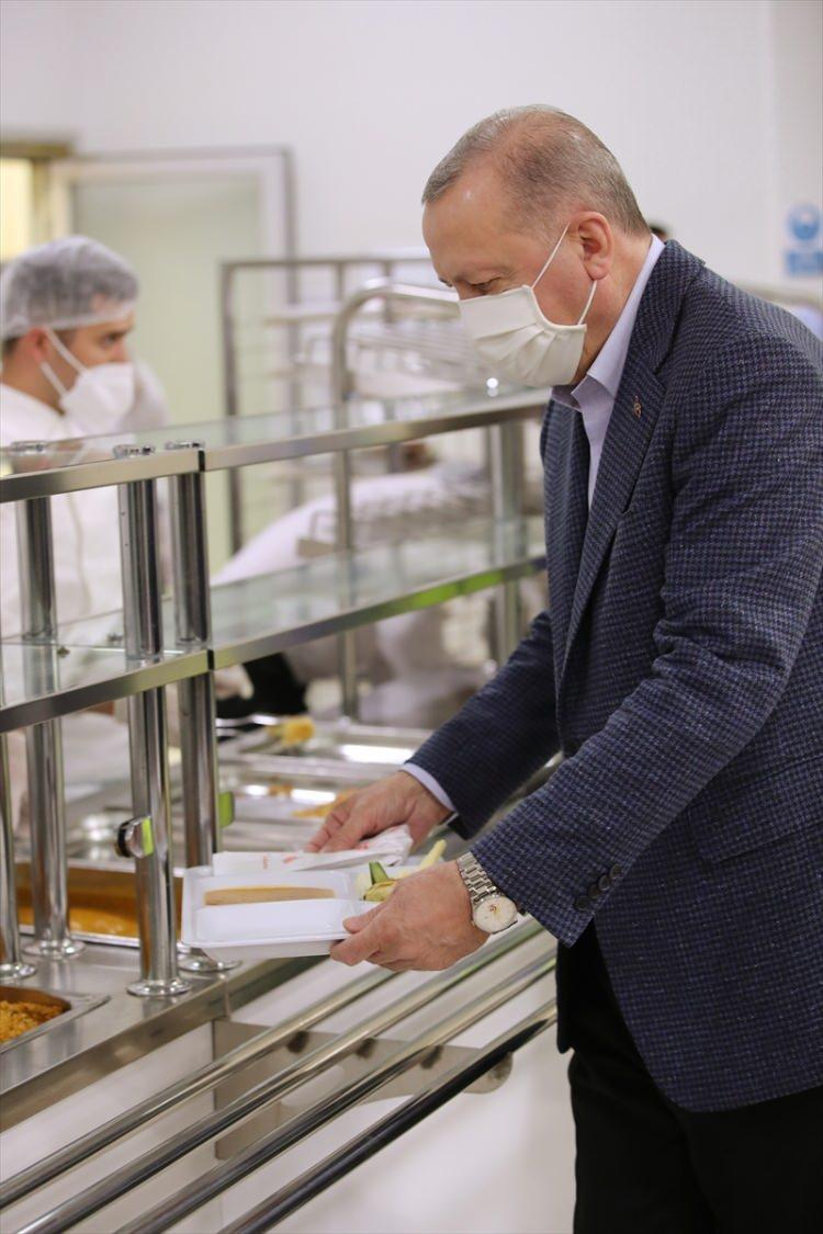 <p>Cumhurbaşkanı Erdoğan, çalışmalarını sürdürdüğü Çengelköy'deki Vahdettin Köşkü'nden ayrılarak, Tuzla'da faaliyet gösteren bir fabrikaya geldi.</p>