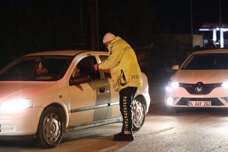 <p>Muaf olan vatandaşlar yollarına devam ederken, belgeleri olmayan vatandaşlar ise İstanbul'a gönderildi. İstanbul-Tekirdağ yolunda bulunan trafik ışıklarında zaman zaman uzun araç kuyrukları oluştu.</p>