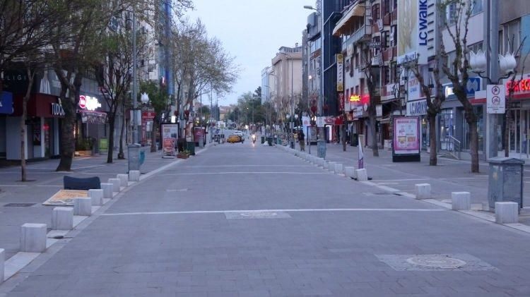 """<p>Yeni tip koronavirüs (Kovid-19) salgınıyla mücadele kapsamında 17 Mayıs Pazartesi saat 05.00'e kadar uygulanacak """"tam kapanma""""nın başlamasıyla sokak ve caddelerde sessizlik hakim oldu.</p>"""