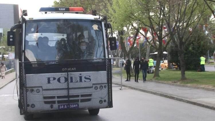 """<p>Anadolu Cumhuriyet Başsavcılığı'ndan yapılan yazılı açıklamada ise """"Türkiye'de işlem yapan dijital para borsalarından Thodex'e ilişkin Cumhuriyet Başsavcılığımızca yürütülen soruşturma kapsamında, firmanın kurucusu olan Faruk Fatih Özer'in ağabeyi Güven Özer İstanbul'da düzenlenen operasyonla yakalanmış ve böylece önceki gün 80 şüpheli için başlatılan operasyonda yakalananların sayısı 69'a yükselmiştir"""" denildi.</p>  <p></p>"""
