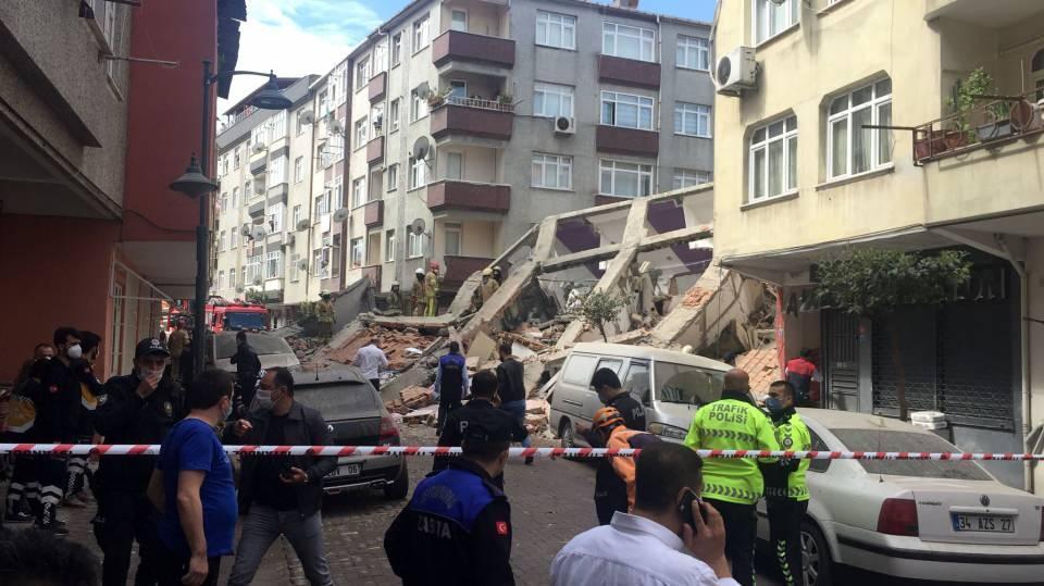 <p>Zeytinburnu Sümer Mahallesi'nden daha önce camları patladığı için boşaltıldığı öğrenilen 5 katlı bina çöktü. Olay yerine itfaiye ve sağlık ekipleri sevkedildi. Ekiplerin çalışması sürüyor.</p>  <p></p>