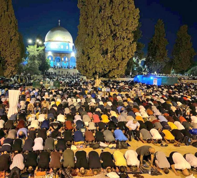 <p>Kudüs'ün farklı noktalarında yaşanan olaylarda toplam 205 kişi yaralanırken binlerce Filistinli, İsrail güçlerinin girişleri engellenmesine ve Kudüs şehrine giden yollara barikatlar kurmasına rağmen Kadir Gecesi'nde teravih namazı için mescide akın etti. Mescid-i Aksa'ya giriş yapan cemaat, teravih namazını eda etti.</p>