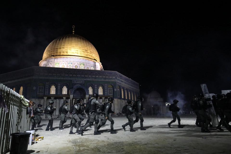 <p>Filistin Kızılay'ından yapılan yazılı açıklamada, Harem-i Şerif'te yaşanan olaylarda 200'den fazla Filistinlinin İsrail polisinin müdahalesinde yaralandığı belirtildi.</p>  <p></p>