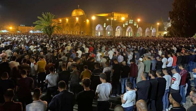 <p>İşgal altındaki Kudüs'te yer alan Mescid-i Aksa'da dün akşam teravih namazı sırasında İsrail polisinin cemaate saldırısı sonucu çıkan olayların ardından binlerce Filistinli, Kadir Gecesi'nde teravih namazı için mescide akın etti.</p>