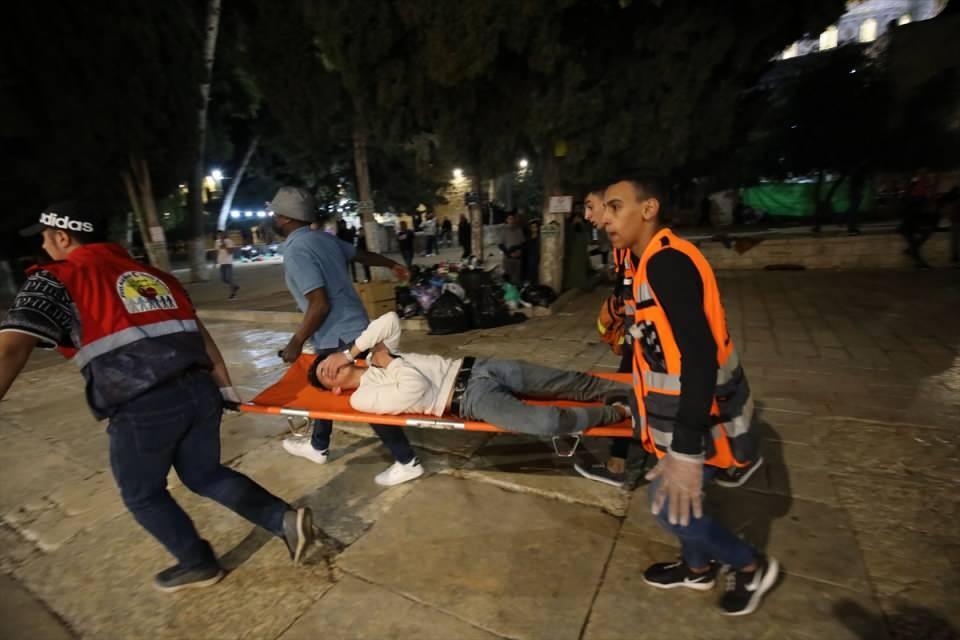 <p>İsrail polisinin işgal altındaki Doğu Kudüs'te bulunan Mescid-i Aksa'daki cemaate saldırdı.</p>