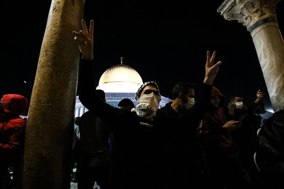 <p>İsrail polisi, ses bombaları ve plastik mermiyle cemaate müdahale ederken, Filistinli gençler ise taşlar ve cam şişelerle karşılık verdi.</p>