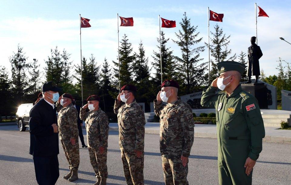 <p>Bakan Akar, beraberinde Genelkurmay Başkanı Orgeneral Yaşar Güler ve Genelkurmay 2'nci Başkanı Korgeneral Selçuk Bayraktaroğlu ile Özel Kuvvetler Komutanlığını ziyaret etti.</p>