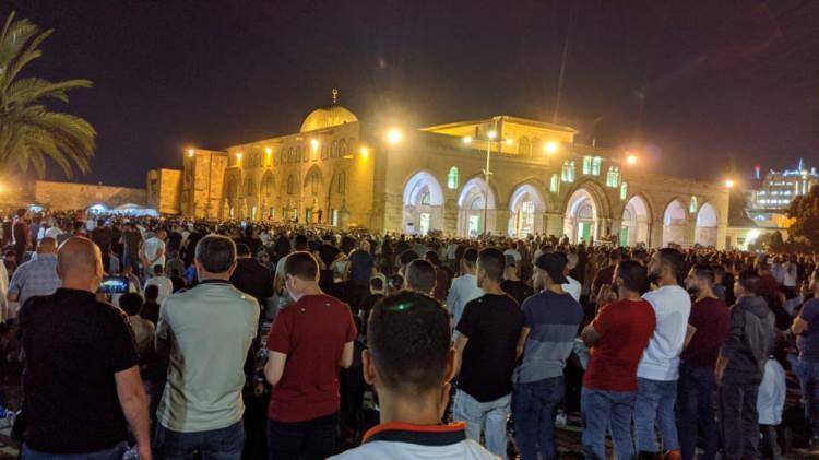 <p>İşgalci İsrail güçleri, dün akşam teravih namazını kılmak için Kudüs'ün Eski Şehir bölgesinde bulunan Mescid-i Aksa'ya gelen Filistinlilere saldırmış, Harem-i Şerif savaş alanına dönmüştü.</p>