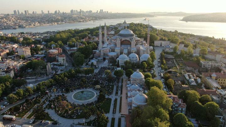 <p>Ayasofya-i Kebir Cami-i Şerifi'nde 87 yıl sonra ilk Ramazan Bayramı namazı kılındı.</p>  <p></p>