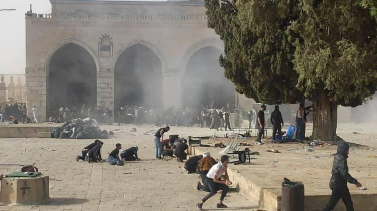 <p>İsrail polisi, Aksa'da iftar eden ve ibadet yapan Müslümanlara saldırırken, göz yaşartıcı gaz ve plastik mermi kullandı.</p>  <p></p>