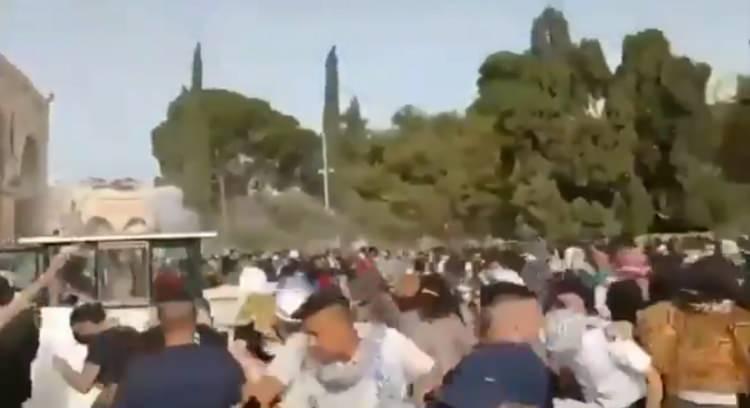 <p>İsrail polisinin Kıble Mescidi'ne onlarca gaz bombası atmasına rağmen, Filistinliler direnişe devam ediyor.</p>