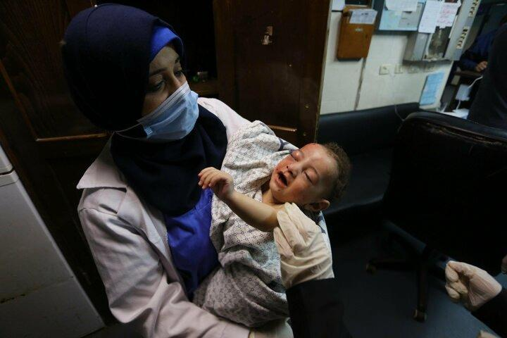 <p>İsrail savaş uçaklarının, abluka altındaki Gazze'nin batı kesimindeki Şati Mülteci Kampı'nda bir eve düzenlediği saldırıda, çoğu çocuk 10 Filistinli daha şehit oldu. İsrail ordusunun abluka altındaki Gazze Şeridi'ne düzenlediği saldırılarda 10 Mayıs'tan bu yana 39'u çocuk, 22'si kadın 139 Filistinli şehit oldu, 950 Filistinli yaralandı.<br /> </p>