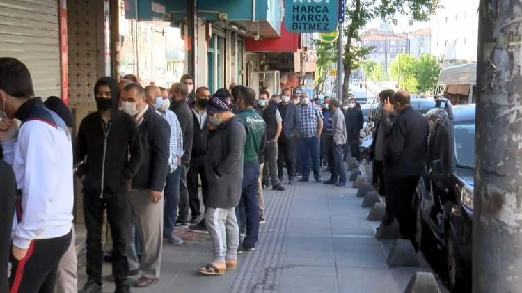 <p>İstanbul Esenler'de sabah erken saatlerden itibaren ucuz tatlı almak isteyenler baklavacı önünde metrelerce kuyruk oluşturdu.</p>  <p></p>