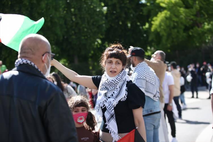 """<p>AVUSTURYA<br /> <br /> <br /> Avusturya Başbakanlık binası önünde toplanan bir grup gösterici, devlet binalarında İsrail bayrağına yer verilerek bu ülkenin Filistin'e yönelik saldırılarına destek verilmesine tepki gösterdi. Gösteride Filistin bayraklarının yanı sıra, """"Bombardıman ve işgal durdurulsun"""", """"Dayanışma Filistin'le yapılsın"""" """"Apartheid'ı boykot etmek demokratik bir haktır"""" yazılı pankartlar açıldı.</p>"""