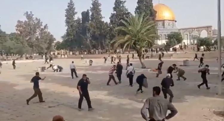 <p>İsrail polisi, işgal altındaki Mescid-i Aksa'da baskınları önlemek için nöbet tutan Filistinlilere müdahale etti.</p>  <p></p>