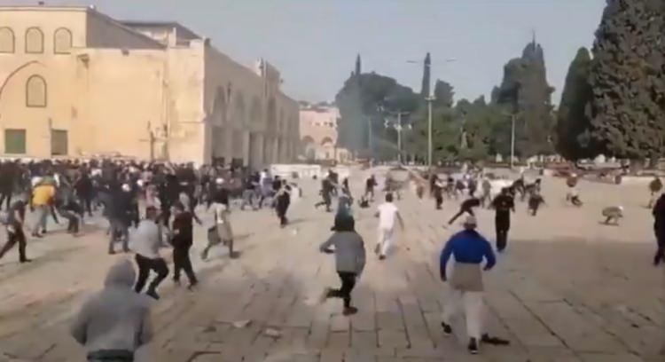 <p>İşgalci güçlerin Mescid-i Aksa'daki Filistinlilere saldırması sonrası bölgede çatışmalar yaşanıyor.</p>
