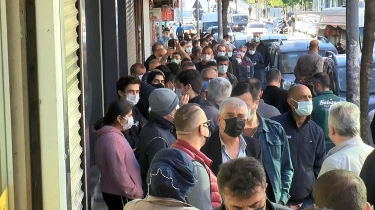 <p>İstanbulEsenlerAtışalanı Caddesi'nde piyasadan çok daha ucuza satılan baklava için çok sayıda kişi sabah erken saatlerde kuyruk oluşturdu. Tatlıcının önünde oluşan metrelerce uzunluktaki kuyrukta sosyal mesafe kuralı hiçe sayıldı.<br /> </p>