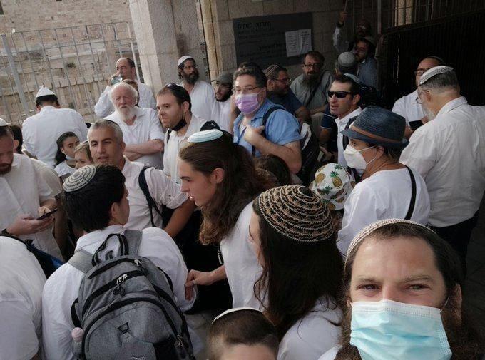 <p>Tapınak Grupları da Mescid-i Aksa'ya baskını gerçekleştirmeyi umarak Mağaribe Kapısı'nın girişinde harekete geçmeye başladı.</p>