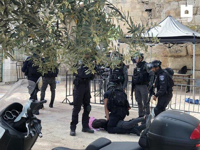 <p>İşgalci polisler, Aksa'nın dışında da gençleri darp ediyor, tutukluyor.</p>