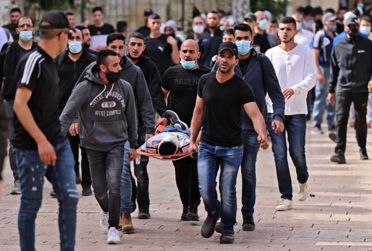 <p>İsrail polisinin Mescid-i Aksa'daki saldırılarında bazıları ağır olmak üzere, yaralananların sayısı 215'e yükseldi.</p>