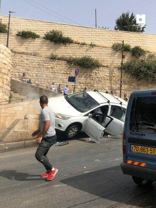 <p>Bir işgalci yerleşimci kullandığı araçla, Kudüs'teki Aslanlar Kapısı'nda bir dizi Filistinlinin üzerinden geçti. Olayda bir Müslüman yaralandı.</p>