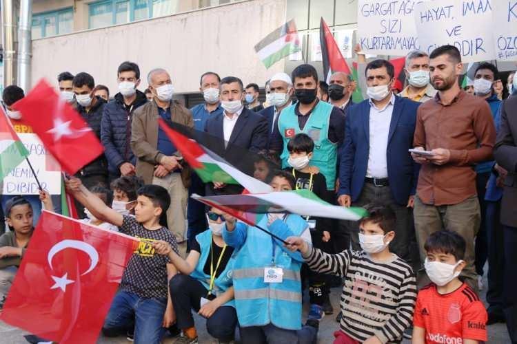 <p><strong>BİTLİS</strong></p>  <p>Bitlis'te sivil toplum kuruluşları, İsrail polisinin işgal altındaki Doğu Kudüs'te Filistinlilere yönelik saldırılarına tepki gösterdi.</p>  <p>Merkeze bağlı Hüsrevpaşa Mahallesi'ndeki dernek binası önünde bir araya gelen Anadolu Gençlik Derneği Bitlis Şubesi üyeleri saldırıları protesto etti. Gruptakiler adına açıklama yapan Şube Başkanı Abdurrahim Doğru, Kudüs'ün Müslümanların en çetin imtihanı olduğunu söyledi.</p>