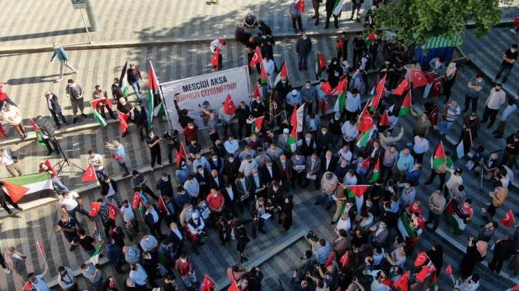 <p><strong>BURSA</strong></p>  <p>Bursa'daki sivil toplum kuruluşları, İsrail polisinin, Mescid-i Aksa'da nöbet tutan Filistinlilere saldırmasını protesto etti.</p>  <p>Filistin ve Türk bayrakları açarak, 15 Temmuz Demokrasi Meydanı'nda toplanan Bursa Sivil Toplum Kuruluşları Platformu üyeleri, İsrail'in aleyhinde sloganlar attı.</p>