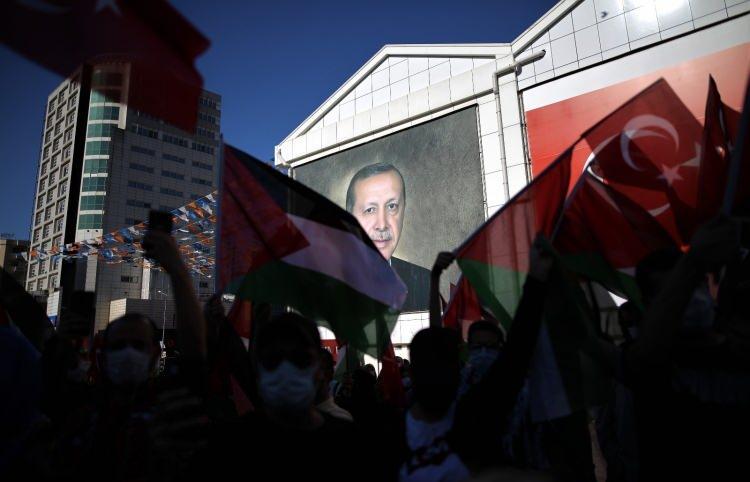 <p>Gruptakiler, konuşmanın ardından Filistinlilere destek için dua etti.</p>  <p></p>
