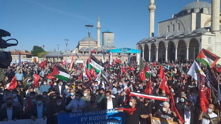 <p><strong>KONYA</strong></p>  <p>Konya'daki sivil toplum kuruluşları, İsrail polisinin Mescid-i Aksa'da nöbet tutan Filistinlilere saldırmasını protesto etti.</p>  <p>İkindi namazının ardından Filistin ve Türk bayrakları açarak, Mevlana Meydanı'nda toplanan Konya Sivil Toplum Kuruluşları Platformu üyeleri, İsrail aleyhinde sloganlar attı.</p>