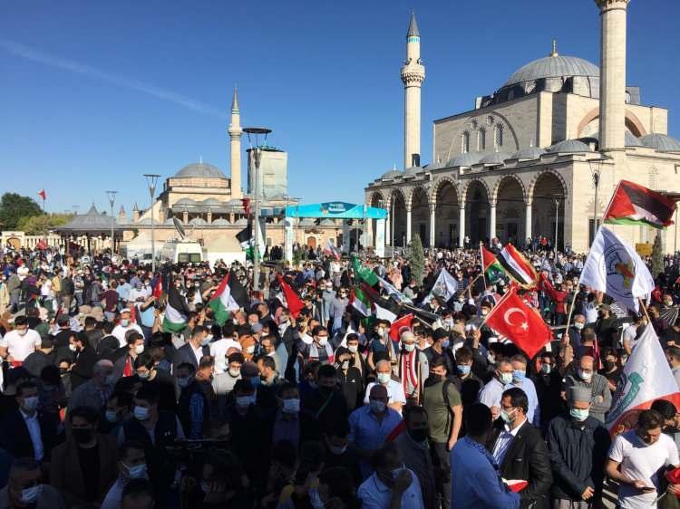 <p>Burada grup adına basın açıklaması yapan Konya Sivil Toplum Kuruluşları Platformu Başkanı Muhsin Görgülügil, İsrail'in, Kudüs'te insanlığa karşı yürüttüğü suçların son halkası olan Mescid-i Aksa'yı işgal ve zapt etme girişimine karşı duruşlarını göstermek için bir araya geldiklerini söyledi.</p>