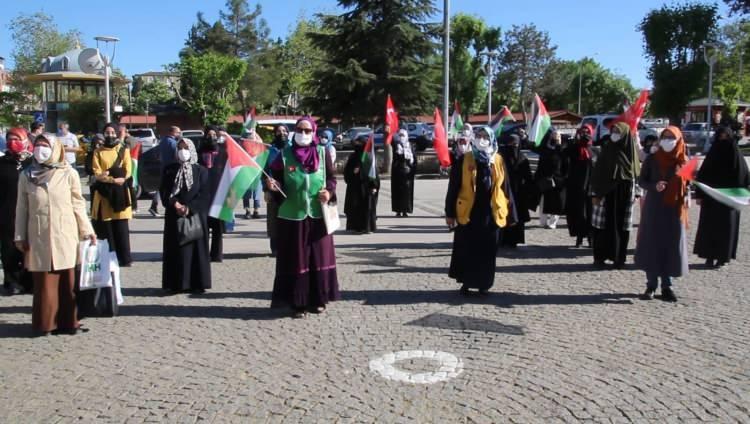 <p>Uşak'ta kent merkezindeki 15 Temmuz Şehitleri Meydanı'nda bir araya gelen Uşak Kardeşlik ve Dayanışma Platformu üyeleri, ellerinde Türk ve Filistin bayrakları taşıdı.</p>  <p>Gruptakiler İsrail aleyhine sloganlar atarak saldırıları protesto etti.</p>