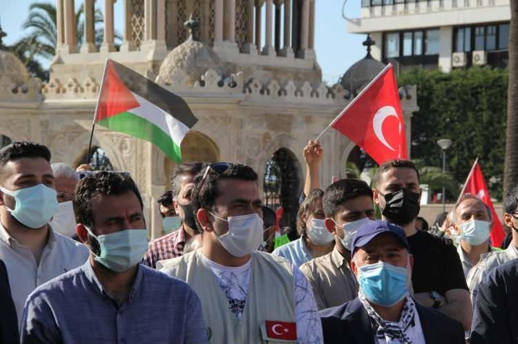 <p><strong>İZMİR</strong></p>  <p>İzmir Sivil Toplum Kuruluşları Platformu (İZTOK) üyesi dernek ve vakıflar, İsrail polisinin, Mescid-i Aksa'da nöbet tutan Filistinlilere saldırmasını kınadı.</p>  <p>Konak Meydanı'nda düzenlenen basın açıklamasına katılan aralarında kadınların da bulunduğu gruptakiler, ellerinde taşıdıkları Türk ve Filistin bayraklarıyla İsrail aleyhine sloganlar attı.</p>