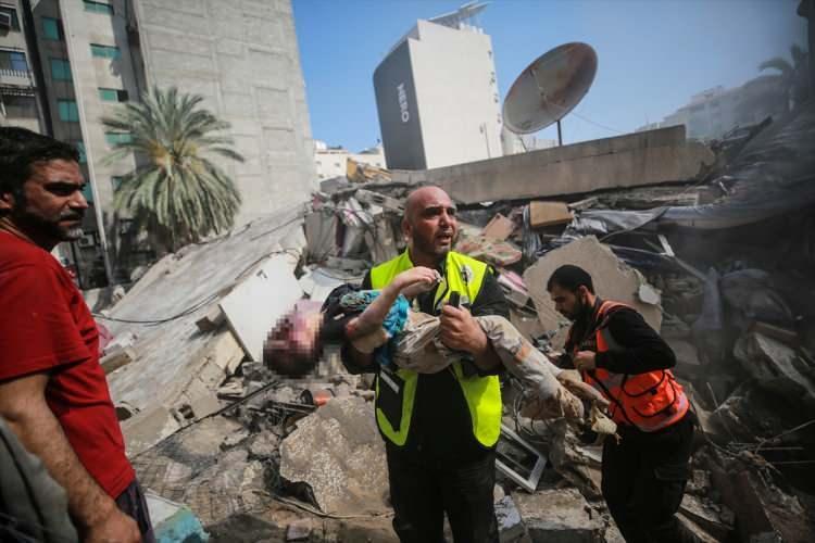 <p>İsrail savaş uçaklarının Gazze kentinin El-Rimal Mahallesindeki sivil yerleşim yerlerine düzenlediği saldırıda ölü ve yaralıların olduğu bildirildi. Enkaz altında başlatılan arama kurtarma çalışmasında bir çocuğun cansız bedenine ulaşıldı.</p>  <p></p>