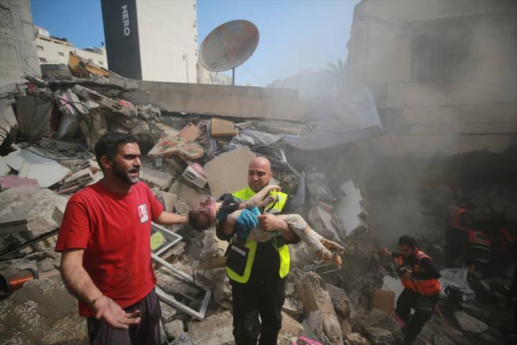 <p>İşgal devleti İsrail savaş uçaklarının Gazze kentinin El-Rimal Mahallesindeki sivil yerleşim yerlerine düzenlediği saldırıda ölü ve yaralıların olduğu bildirildi.</p>  <p></p>